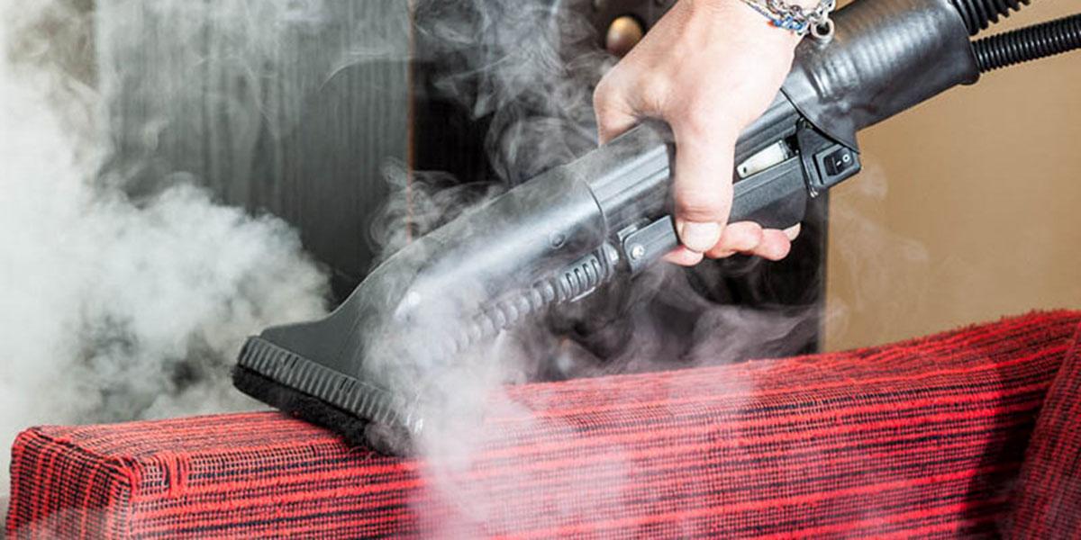 smacchiatura del divano con il lavaggio a vapore