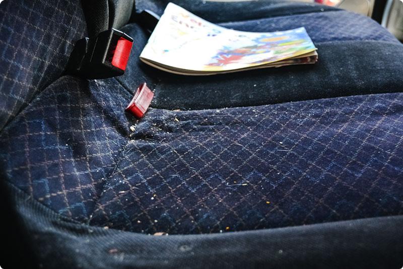 sedile auto posteriore prima del lavaggio a vapore
